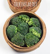Brócoli al vapor en vaporera de bambú