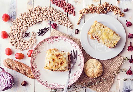 Tapa rústica de espárragos, tomates y hummus con flores de hojaldre